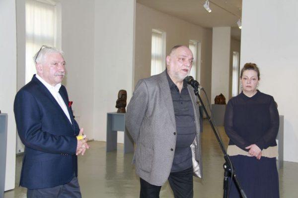 (zprava do ľava) kurátorka Alena Vrbanová, autor Juraj Sapara a riaditeľ PGU Milan Mazúr